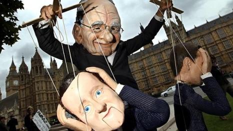 Escandalo-dos-grampos-em-protesto-boneco-de-Murdoch-manipula-marionete-de-Cameron-size-598